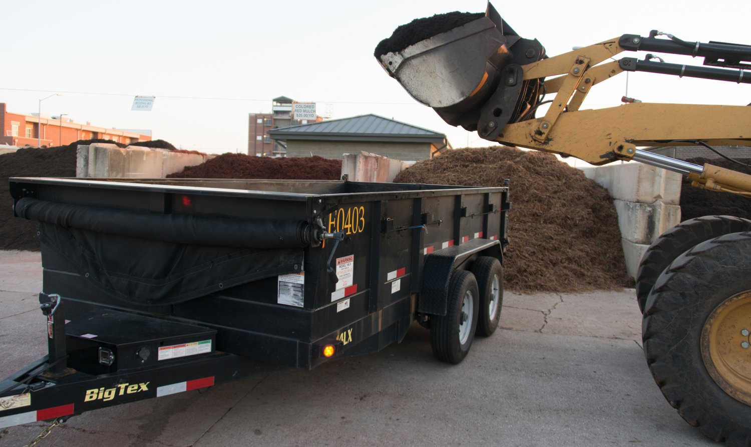 hydraulic dump trailer for mulch delivery